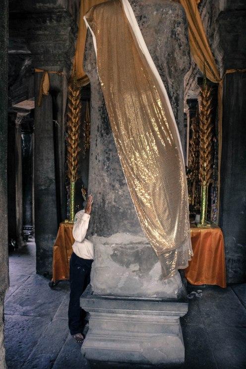 buddha-prayers-angkor-wat_