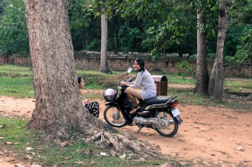 scooter-smiles-angkor-wat_