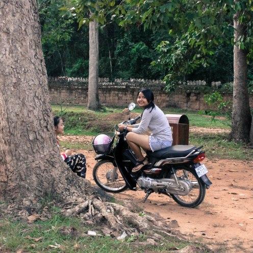 scooter-smiles-angkor-wat_